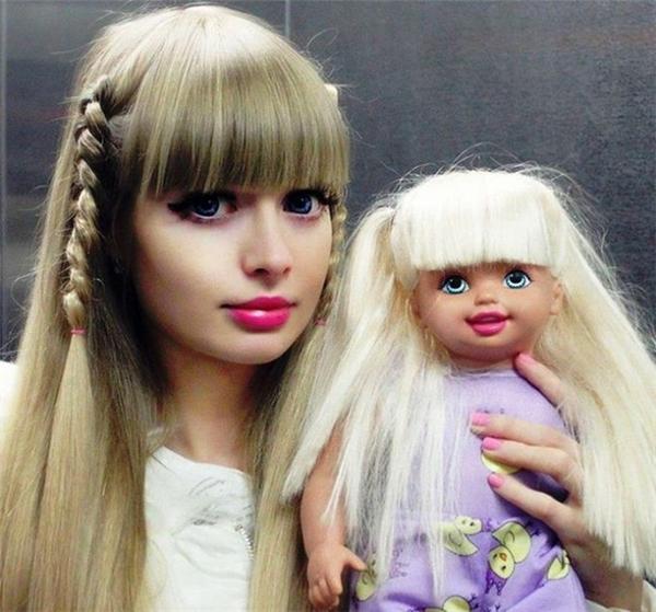 Angelica Kenova sinh năm 1988. Theo Daily Mail, cô thu hút cộng đồng mạng thế giới nhờ sở hữu khuôn mặt giống hệt búp bê Barbie.