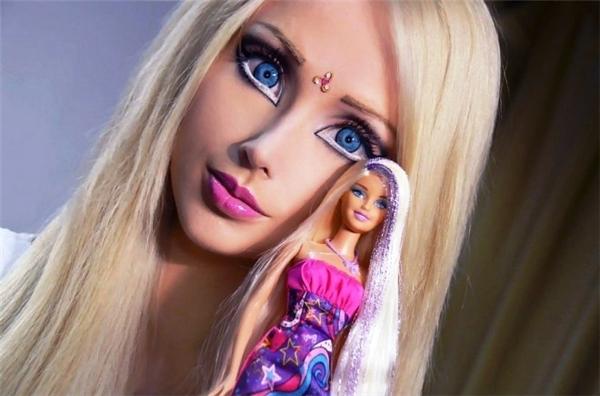 Valeria Lukyano đến nay vẫn được dân mạng mệnh danh là búp bê Barbie phiên bản đời thực hoàn hảo nhất thế giới. Cô gái người Ukraine luôn là tâm điểm chú ý mỗi khi xuất hiện.