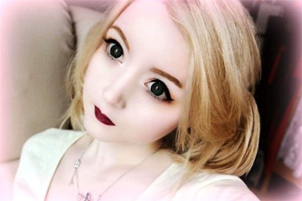 Venus Angelic tên thật là Venus Palermo. Cô gây chú trên mạng nhờ sở hữu khuôn mặt giống búp bê và gu thời trang sành điệu. Kênh YouTube của cô gái người Thuỵ Sĩ hiện hút hơn 800.000 lượt theo dõi.