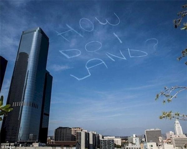 """""""Làm sao để đáp vậy?"""" Tại sao có thể dạy phi công viết chữ lên trời mà lại không dạy cách hạ cánh?! (Ảnh: Internet)"""