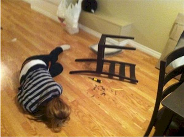 Chỉ là vì người ta quá chú tâm vào đóng cái ghế thôi mà, cũng lắp ráp được đâu vào đấy chứ bộ. (Ảnh: Internet)