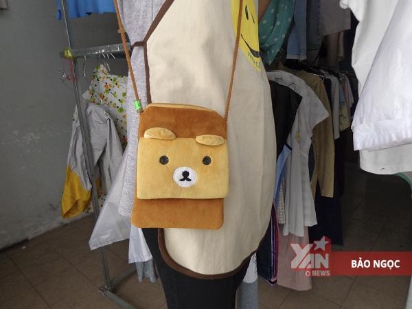"""Sau khi chọn món đồ ưng ý, mọi người tìm đến nhân viên có đeo """"túi gấu"""" để thanh toán."""