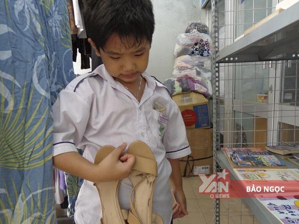Tấn Phátkhư khư giữđôi giày đểmua về cho mẹ.