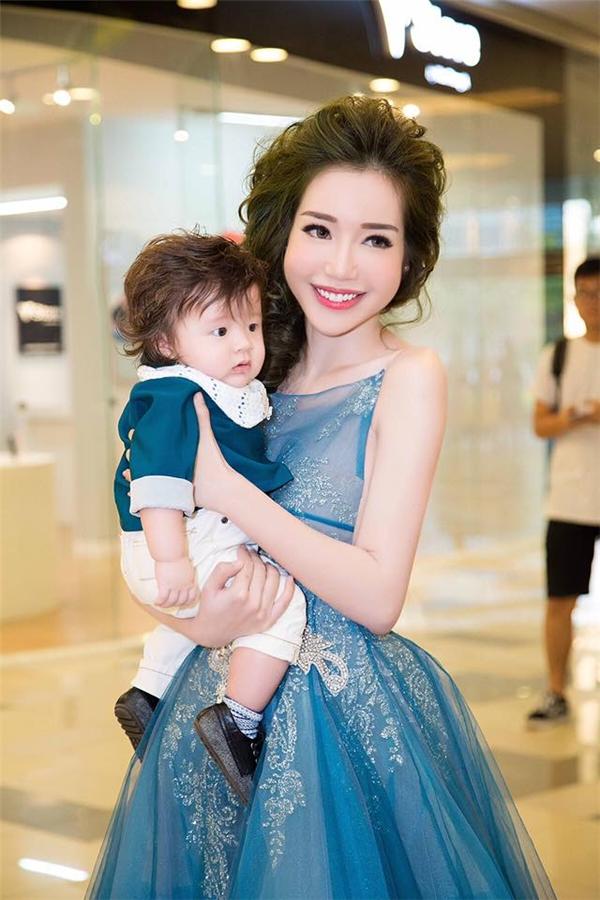 Alfie Túc Mạch bụ bẫm, đáng yêu trong bộ trang phục có tông xanh thẫm đồng điệu với chiếc váy của Elly Trần.