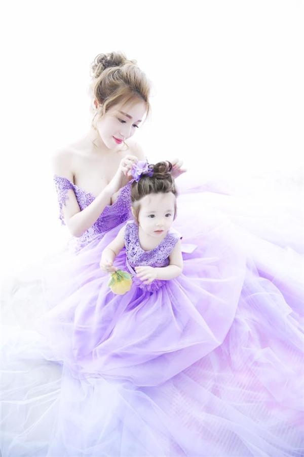 Cách đây khá lâu, Cadie Mộc Trà cũng từng xuất hiện trong một bộ ảnh với Elly Trần vô cùng ngọt ngào. Hai mẹ con hot girl đình đám diện váy cưới bồng xòe trên nền chất liệu voan lụa mềm mại.