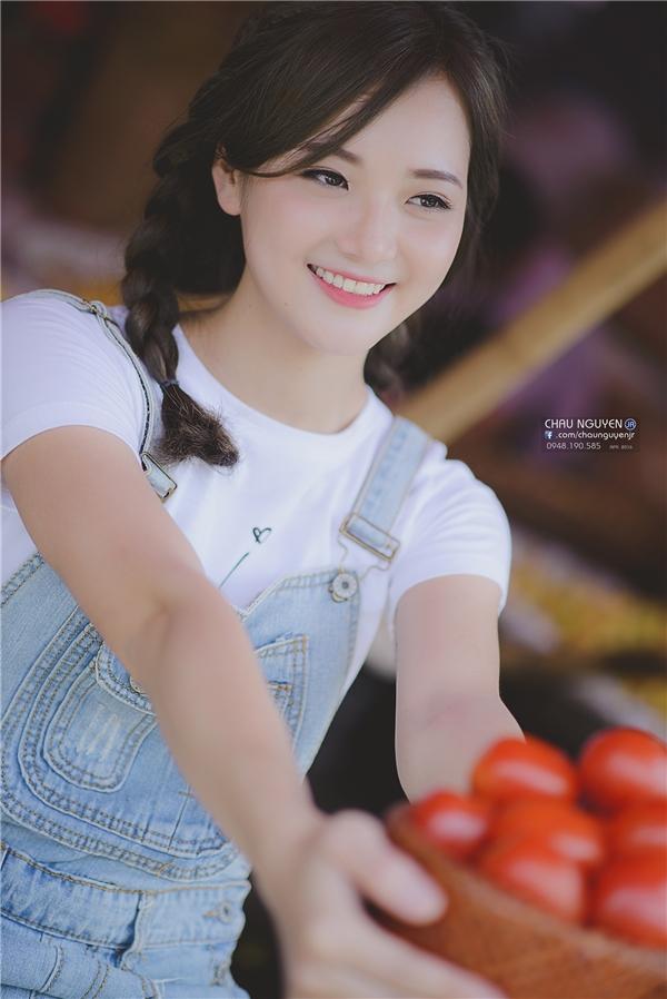 """Bộ ảnh """"Cô gái bán cà chua""""đang được dân mạng chú ý ngày qua. (Ảnh: Chau Nguyen Jr)"""