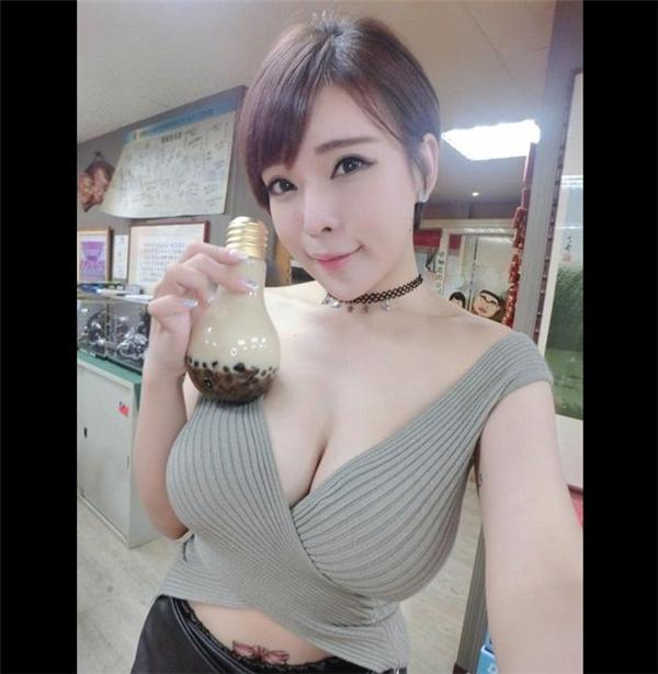 """""""Hot girl bán trà sữa bóng đèn""""Jocelyn Kao (nick nameJocelyn Kao Ngưu Nãi Nhi) đang """"làm mưa làm gió"""" cộng đồng mạng Trung Quốc nhờ vẻ ngoài gợi cảm đến """"bỏng mắt"""" của mình."""