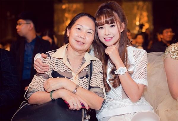 """Giống như những sao nữ khác, Khởi My cũng luôn có mẹ bên cạnh để vượt qua những thử thách, khó khăn trong showbiz. Các fan thường gọi mẹ của côbằng cái tên thân mật """"má Năm"""". - Tin sao Viet - Tin tuc sao Viet - Scandal sao Viet - Tin tuc cua Sao - Tin cua Sao"""