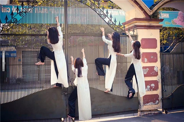 Dù thời đi học cũng có nhiều bạn phải leo cổng để vào lớp hay trốn học, nhưng hình ảnh này lại bị đánh giá là cổ xúy cho việc cúp cua, trốn tiết. (Ảnh: Internet)