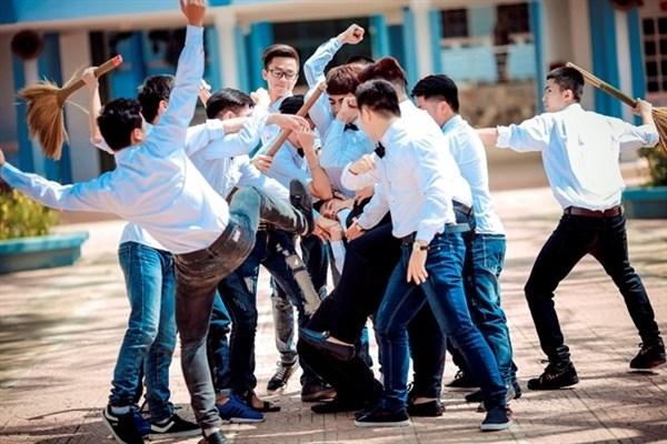"""Bạo lực học đường vốn đã là vấn nạn """"nhức nhối"""" hiện nay, những bức hình như thế này sẽcàng khiến mọi người nghĩ rằng chính học trò cũng thỏa hiệp với vấn nạn ấy.(Ảnh: Internet)"""