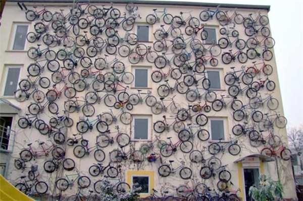 Tòa nhà được trang trí bằng hàng chục chiếc xe đạp.