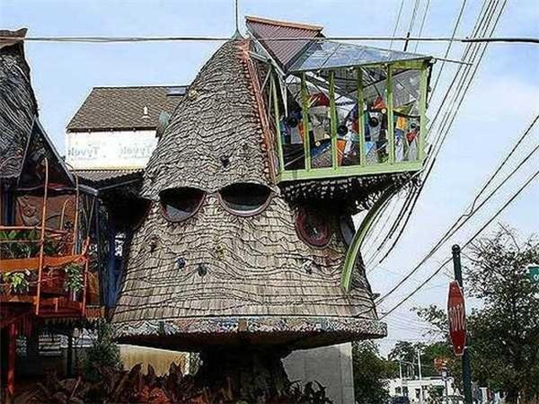 Ngôi nhà với hình thù kì quái.