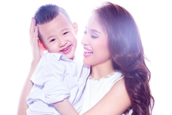 Hình ảnh của cô và con trai thường xuyên nhận được sự săn đón từ cộng đồng mạng. - Tin sao Viet - Tin tuc sao Viet - Scandal sao Viet - Tin tuc cua Sao - Tin cua Sao