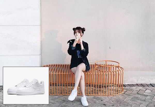 Với tông trắng trung tính, món phụ kiện này giúp Quỳnh Anh Shyn dễ dàng phối trang phục.