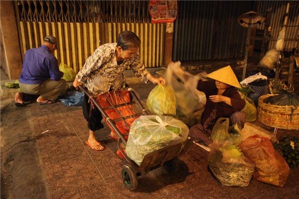 Công việc đòi hỏi những phụ nữ này phải có sức khỏe dẻo dai mới có thể làm được trong đêm, giữamặt đường lô nhô đá, vào mùa mưa thìbê bếtbùn đất.Ảnh: Internet