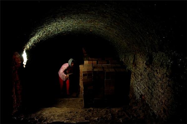 Những người phụ nữ hằng ngày phải tần tảo với việc làm tại lò gốm. Làm gốm là một nghề vất vả đối với những người phụ nữ, nhưng để có thu nhập, họ vẫn phải gắn bó với công việc nặng nhọc ấy mà chăm lo cho gia đình. Ảnh: Internet