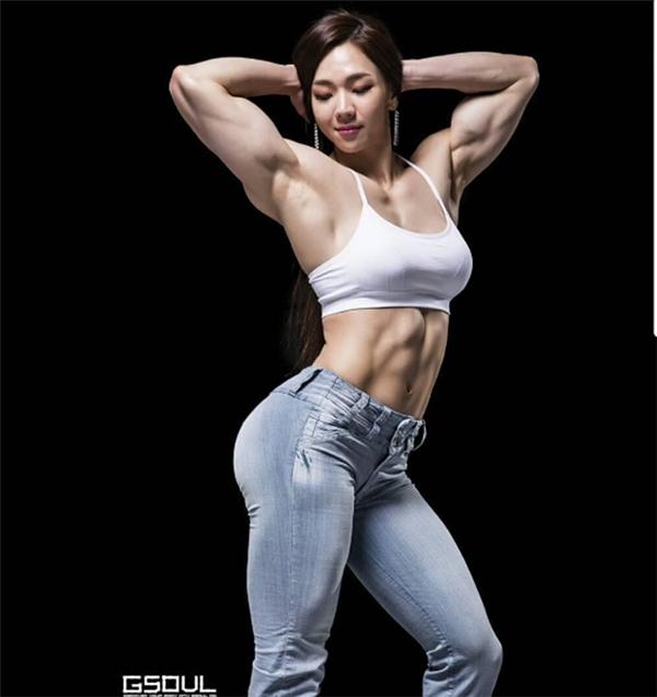 Yeon Woo Jhi, năm nay 32 tuổi, hiện là vận động viên thể hình kiêm huấn luyện viên chuyên nghiệp.