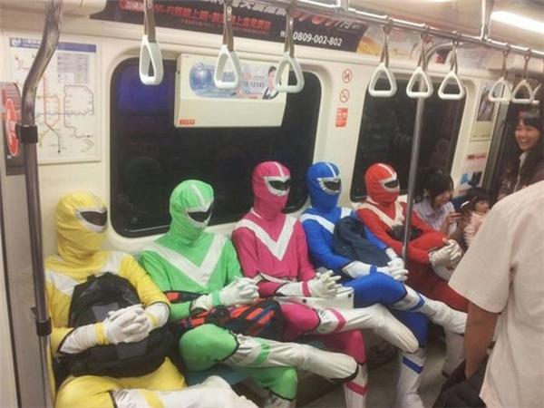 Năm anh em siêu nhân mà cũng đi tàu điện sao?