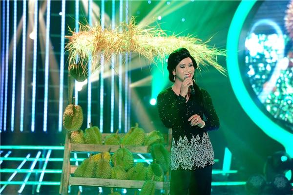 Bạch Công Khanh trở thành NSND Lệ Thủy và trình diễn ca khúc Cô gái bán sầu riêng. - Tin sao Viet - Tin tuc sao Viet - Scandal sao Viet - Tin tuc cua Sao - Tin cua Sao