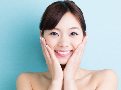 Dùng nước khoáng có gas dưỡng da - một trào lưu làm đẹp mới bắt đầu từ Hàn và Nhật được nhiều phụ nữ hưởng ứng