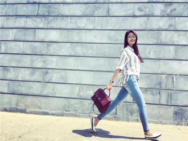 Sơ mi kết hợp jeans đơn giản, dễ mặc như Phạm Hương cũng là một gợi ý khó thể chối từ trong những ngày hè oi bức.