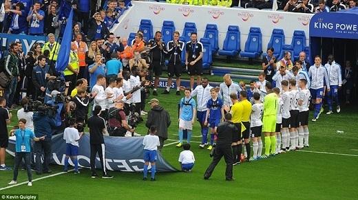 Cầu thủ, ban huấn luyện Everton cùng tổ trọng tài xếp thành hai hàng vỗ tay chào nhà tân vô địch.