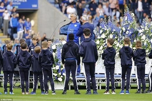 """Tại buổi lễ đăng quang của Leicester có sự xuất hiện của danh ca Andrea Bocelli. Ông trình diễn giai điệu bất hủ """"Nessun Dorma"""" khi đứng bên cạnh người bạn thân Ranieri."""