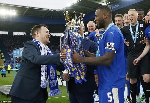 Trận đấu kết thúc, trung vệ đội trưởng Wes Morgan nhận cúp từ Steve Worthy, cháu của một fan trung thành 97 tuổi của Leicester City.