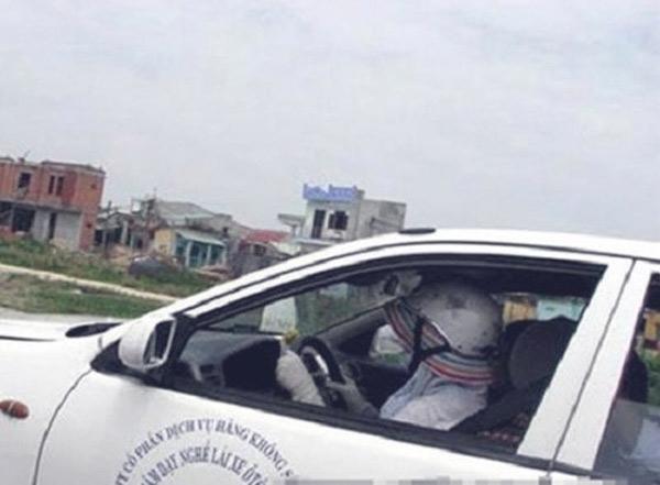 Ngồi trong xe mà vẫn phải mặc áo chống nắng, đội mũ.