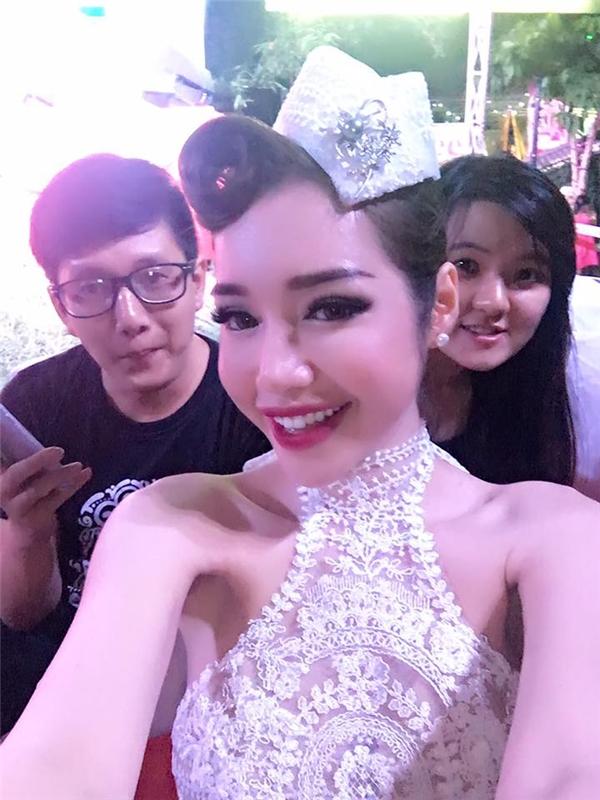 Tham gia một sự kiện ở Huế vừa qua, trong bức ảnh chụp, Elly Trần lộ phần xương vai gầy trơ khiến người xem phát hoảng.
