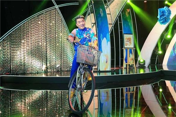 """Trước khi quay hình, nam ca sĩ cũng thử đạp xe vòng quanh sân khấu. Anh dí dỏm cho biết:""""Lâu rồi không chạy xe đạp, không biết có bị lụcnghề không!"""". - Tin sao Viet - Tin tuc sao Viet - Scandal sao Viet - Tin tuc cua Sao - Tin cua Sao"""