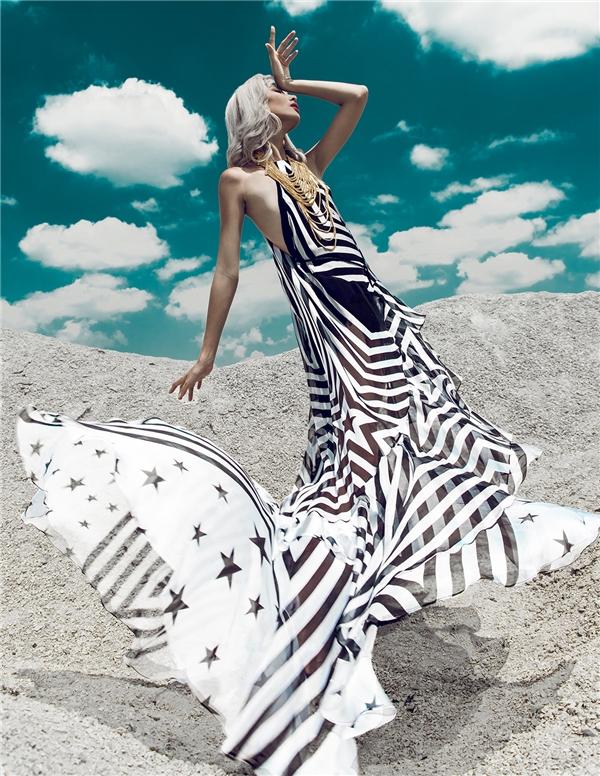 Mặc dù tạo nên sự phá cách ở màu sắc, họa tiết nhưng về phom dáng, Adrian Anh Tuấn vẫn giữnguyên những nét đặc trưng của mùa hè. Đó là những dáng váy suông rộng thoải mái, trẻ trung. Các họa tiết cũng được đan lồng vào nhau một cách khéo léo tạo nên khúc hòa tấu thú vị giữa hai tông màu trắng, đen.