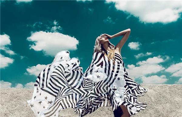 Trong khung cảnh tràn ngập nắng, gió, mây trời, người mẫu Hằng Nguyễn khoe dáng mỏng manh trong trang phục nhẹ nhàng trên nền voan lụa mềm mại.
