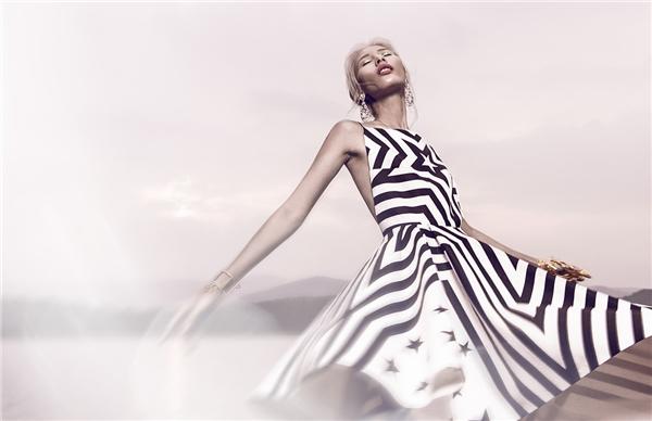 Thiết kế tạo điểm nhấn về thị giác bởi các hoạt tiết kết hợp cấu trúc bất đối xứng hiện đại. Vẻ đẹp gợi cảm được thể hiện qua đường cắt xẻ tinh tế ở lưng váy.