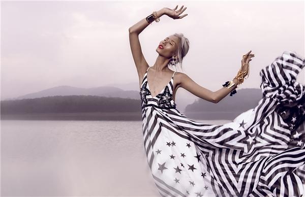 Thiết kế mang hơi thở của những phom váy maxi truyền thống nhưng vẫn tạo nên sự sang trọng, hiện đại bởi chất liệu cao cấp kết hợp phụ kiện ánh kim đi kèm.
