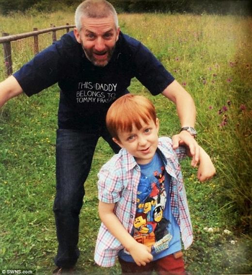 Tommy hiện 7 tuổi, giúp bố buộc dây giày và các sinh hoạt hàng ngày.