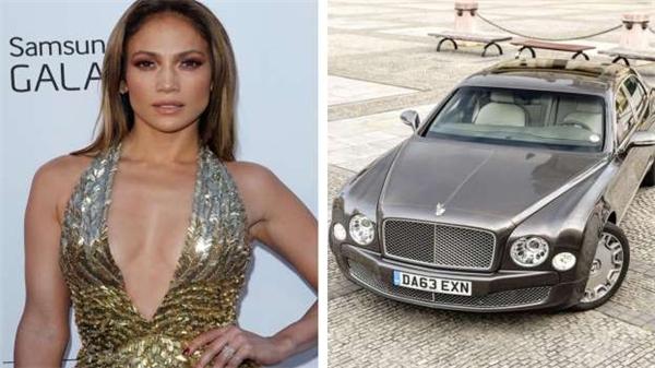Thời còn yêu Ben Affleck, Jennifer Lopez từng mua tặng anh một chiếc Bentley 300.000 đô (6,6 tỷ đồng). Mới đây, cô bỏ ra 2,3 triệu đô (51 tỷ đồng) để mua quà và vé du lịch tặng tình trẻ Casper Smart.