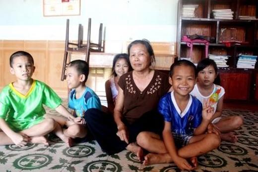 Dù không chồng con nhưng mẹHồ Thị Nhân (làng trẻ SOS, Nghệ An) lại có đến 30 đứa con. Một tay mẹ nuôi dưỡng chúng trưởng thành dù không máu mủ ruột thịt. Ước nguyện của mẹ chỉ mong bù đắp lại những thiệt thòi mà những đứa trẻ khiếm khuyết dị tật này phải mang trong cuộc sống.(Ảnh: Internet)