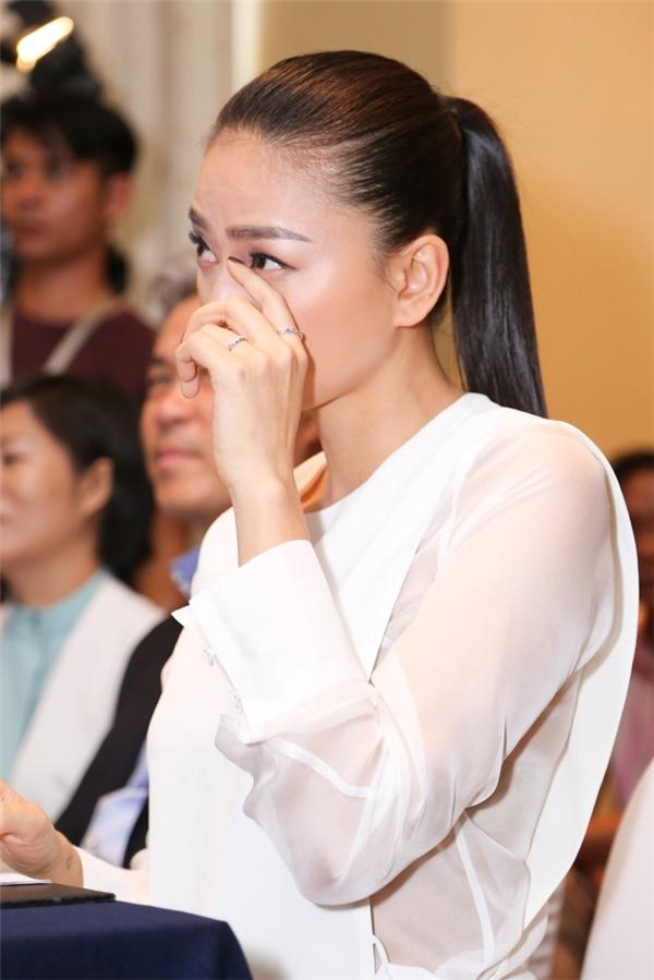 Ngô Thanh Vân rướm nước mắt vì các bệnh nhi