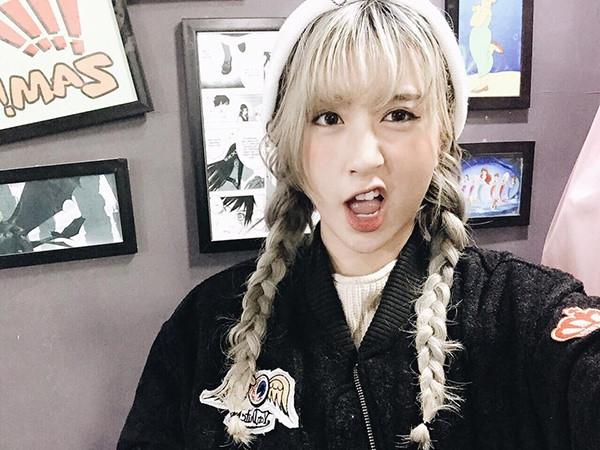 Tóc tết bím hai bên kết hợp mái ngố chải phồng của Quỳnh Anh Shyn sẽ vô cùng phù hợp với những cô nàng ưa chuộng vẻ ngoài trẻ trung, cá tính.