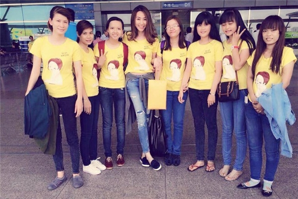 Tháng 6/2015, Ngân Khánh rời Việt Nam đến Singapore. Khá nhiều fan có mặt tại sân bay để chào tạm biệt nữ diễn viên. - Tin sao Viet - Tin tuc sao Viet - Scandal sao Viet - Tin tuc cua Sao - Tin cua Sao