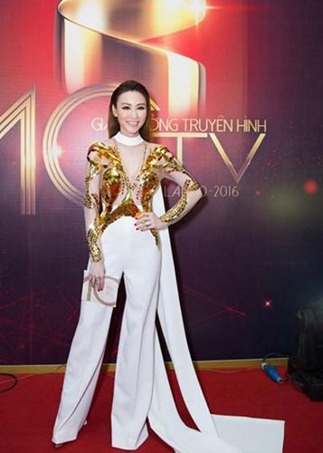 Cô còn tham dự lễ trao giải HTV Awards với vai trò người trao giải thưởng. - Tin sao Viet - Tin tuc sao Viet - Scandal sao Viet - Tin tuc cua Sao - Tin cua Sao