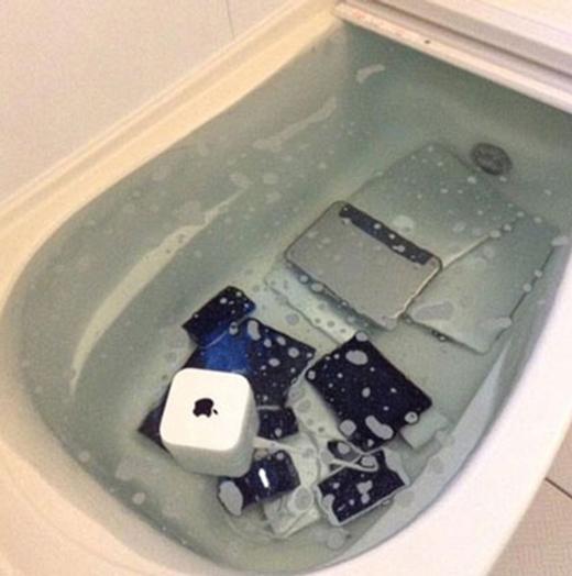 Một cô gái người Nhật thì dùng cách nhẹ nhàng nhưng không kém phần hao tài là ném tất cả các iPhone, iPad, Macbook... của bạn trai vào bồn tắm ngập nước. Thậm chí cả cục sạc và dây điện cô cũng không tha. (Ảnh: Internet)