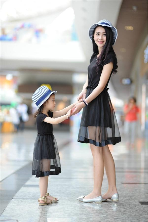Con gái bao giờ cũng thích được diện đồ đôi với mẹ.