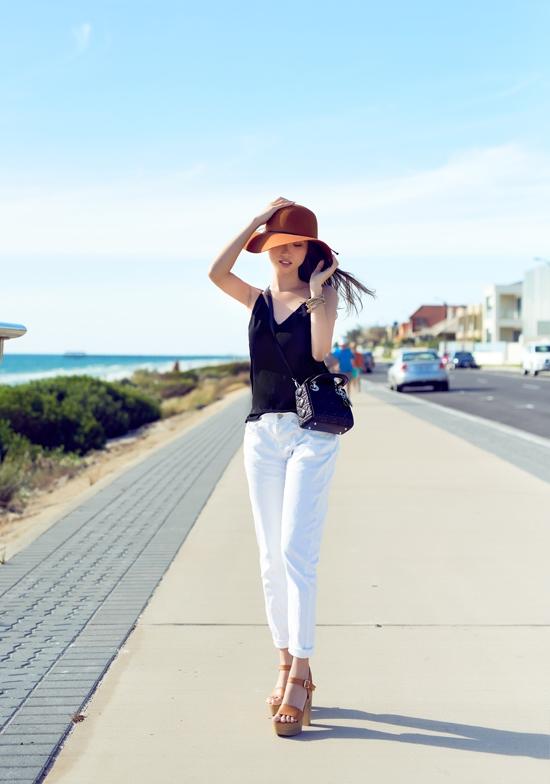Cô nàng sở hữu đôi chân dài miên man và gu thời trang cực chất.(Ảnh: Internet)