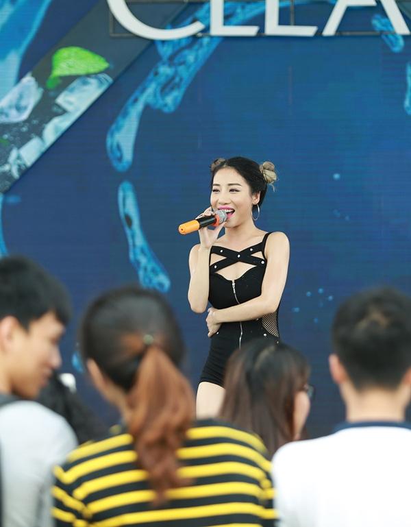 Hằng Bingboong cũng không hề kém cạnh các đồng nghiệp với vũ đạo sôi động, bắt mắt. - Tin sao Viet - Tin tuc sao Viet - Scandal sao Viet - Tin tuc cua Sao - Tin cua Sao