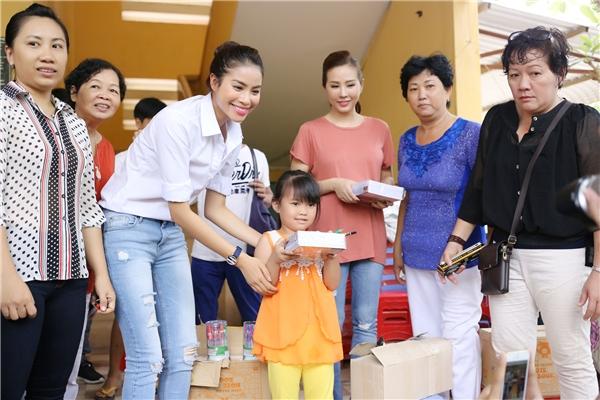 Đoàn từ thiện tận tay trao phát quà cho người dân. - Tin sao Viet - Tin tuc sao Viet - Scandal sao Viet - Tin tuc cua Sao - Tin cua Sao