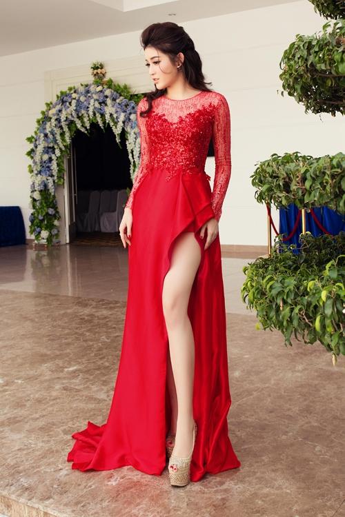 Huyền My đẹp tựa nữ thần trong bộ váyđỏ nồng nàn của nhà thiết kế Lê Thanh Hòa. Phần chân váy gây ấn tượng ngay từ ánh nhìn đầu tiên bởi cấu trúc bất đối xứng hiện đại.