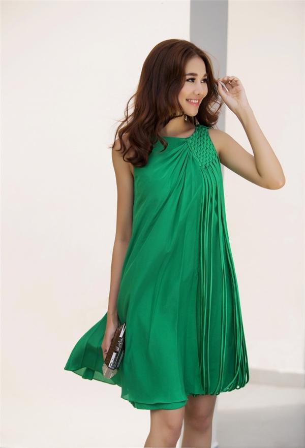 Tiết trời của những ngày đầu hạ oi ả dường như bắt đầu hạ nhiệt bởi sắc xanh ngọt ngào trên váy của Thanh Hằng. Thiết kế sử dụng phom chữ A truyền thống kết hợp chi tiết tua rua hợp xu hướng.