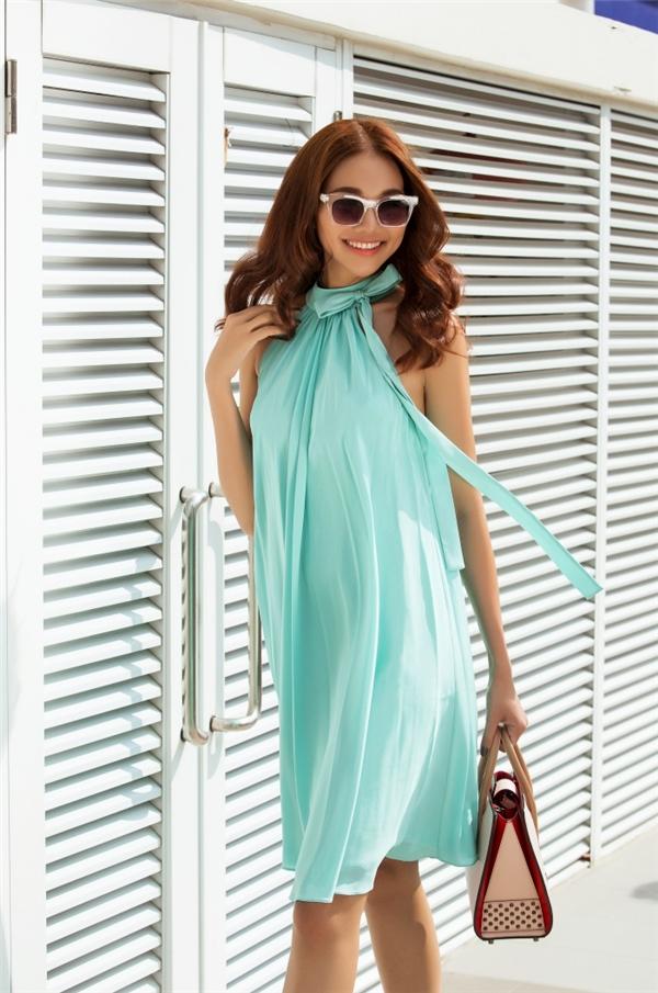 Sắc xanh ngọc như hòa vào mây trời, sóng nước của những ngày mùa hạ. Bộ váy có phần cổ dạng yếm vừa gợi cảm nhưng không làm mất đi vẻ thanh lịch, tao nhã.